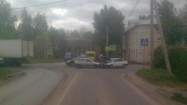 Две легковушки столкнулись в Иванове, есть пострадавший