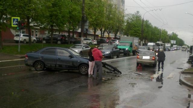 Две легковушки столкнулись в Иванове, пострадал один человек