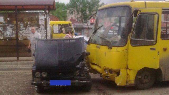 В Иванове автобус с пассажирами врезался в остановку с людьми